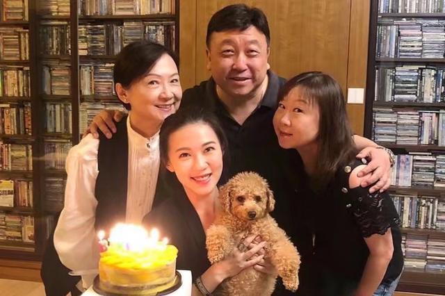 王晶妻女同框似姐妹,曾拍三级片捧红女星,独宠妻子41年很专一
