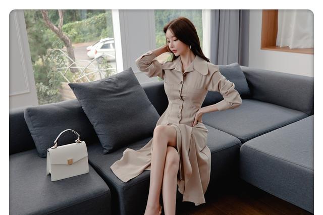 优雅女神孙允珠:南洋拿铁东方竖扣古典直筒裙,简洁又大方