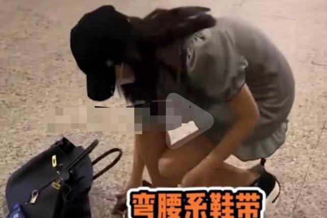 张雨绮机场遭遇恶性拍摄,系鞋带险被拍到走光,怒斥对方不要拍了