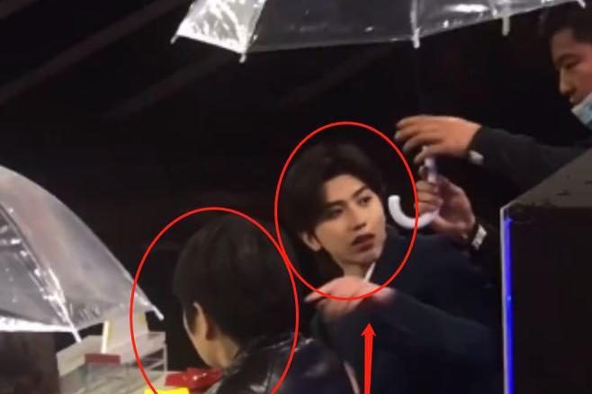 蔡徐坤录节目遇下雨,工作人员给他撑伞,他下意识的举动我圈粉了