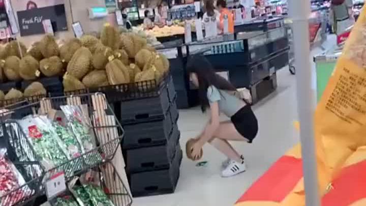 一个小美女在超市买了2个榴莲,不知道回家后哪个小哥哥要受伤了