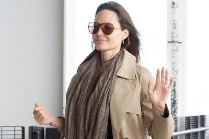 安吉丽娜·朱莉气质太高级,简单穿风衣配围巾出街,就气场开挂