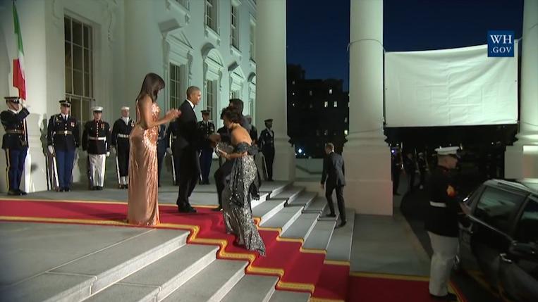 奥巴马总统总统在白宫,接见意大利的总理和夫人,很礼貌的握手!