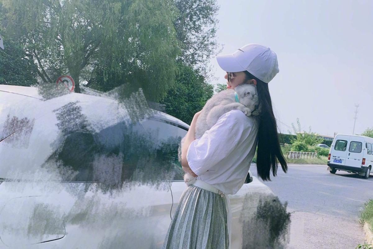 陈瑶轻熟知性,穿白色短袖半身长裙拍时尚大片,御姐气质满满