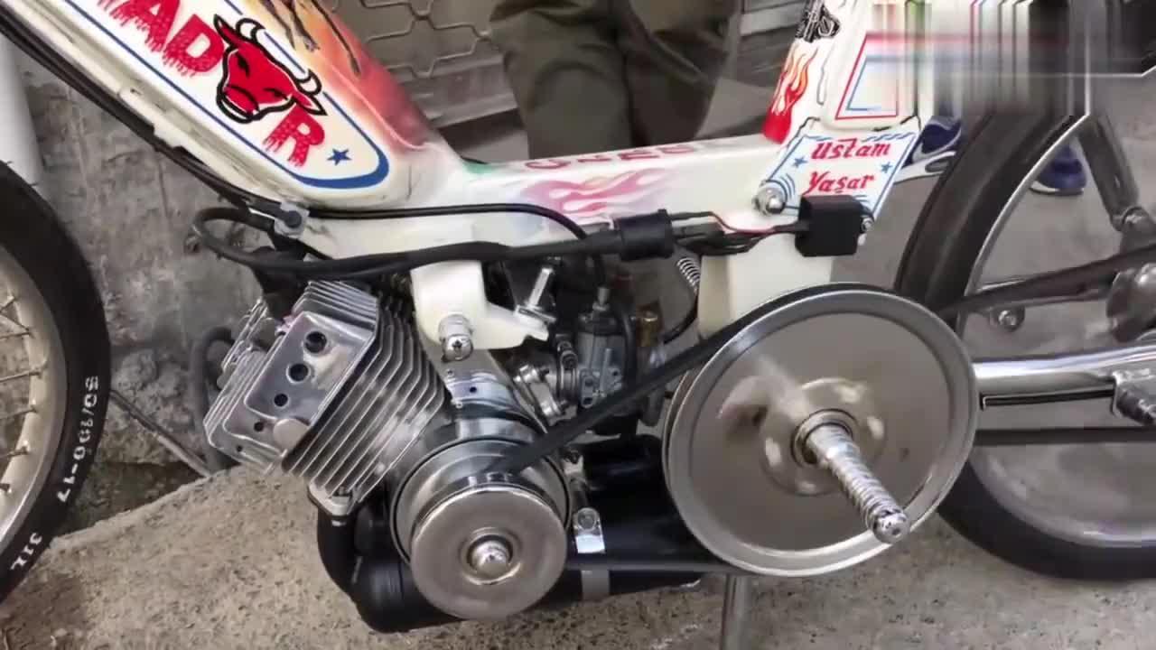 还是头回见这么小的摩托车,发动机启动的声音真是动听!