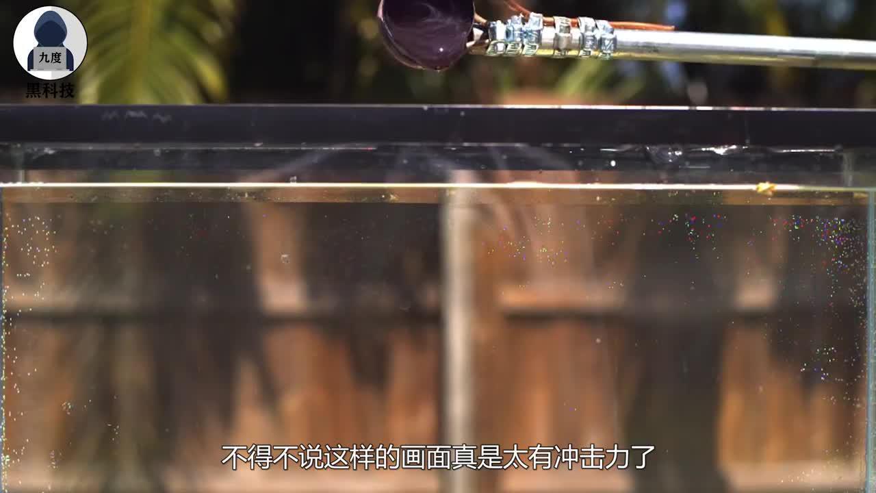 热盐遇水后会怎样?将盐加热到800度倒入水中,画面太有冲击力!