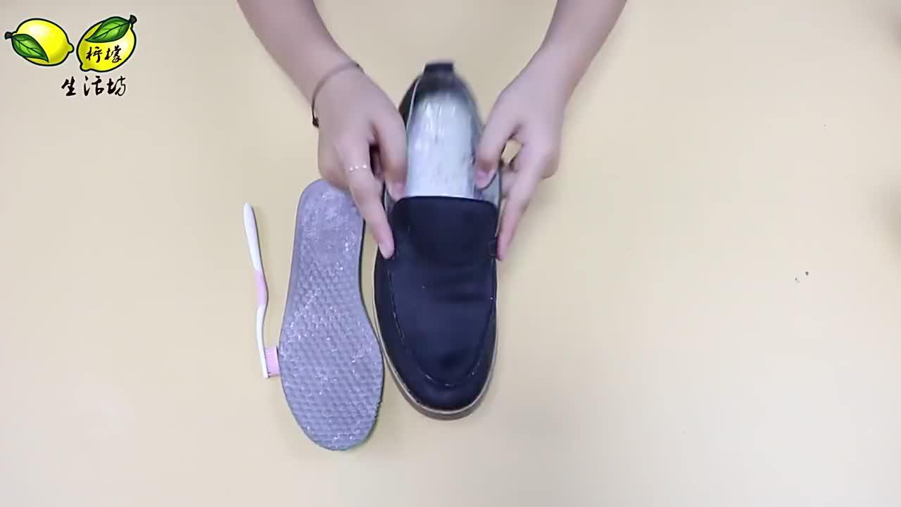 鞋子有汗臭味别洗了,往鞋子里放点它,轻松祛味又除湿,真省心
