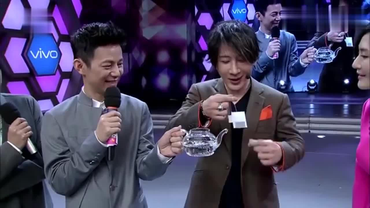 刘谦轻吹一口气水就变成茶,太神奇了,都不敢相信自己的眼睛!