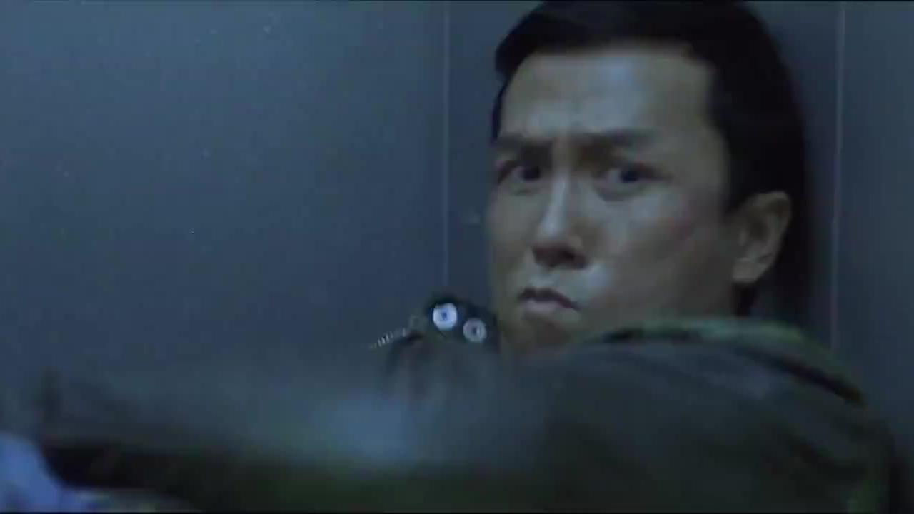 甄子丹走进电梯,发现不对劲,立马反身就是一脚!