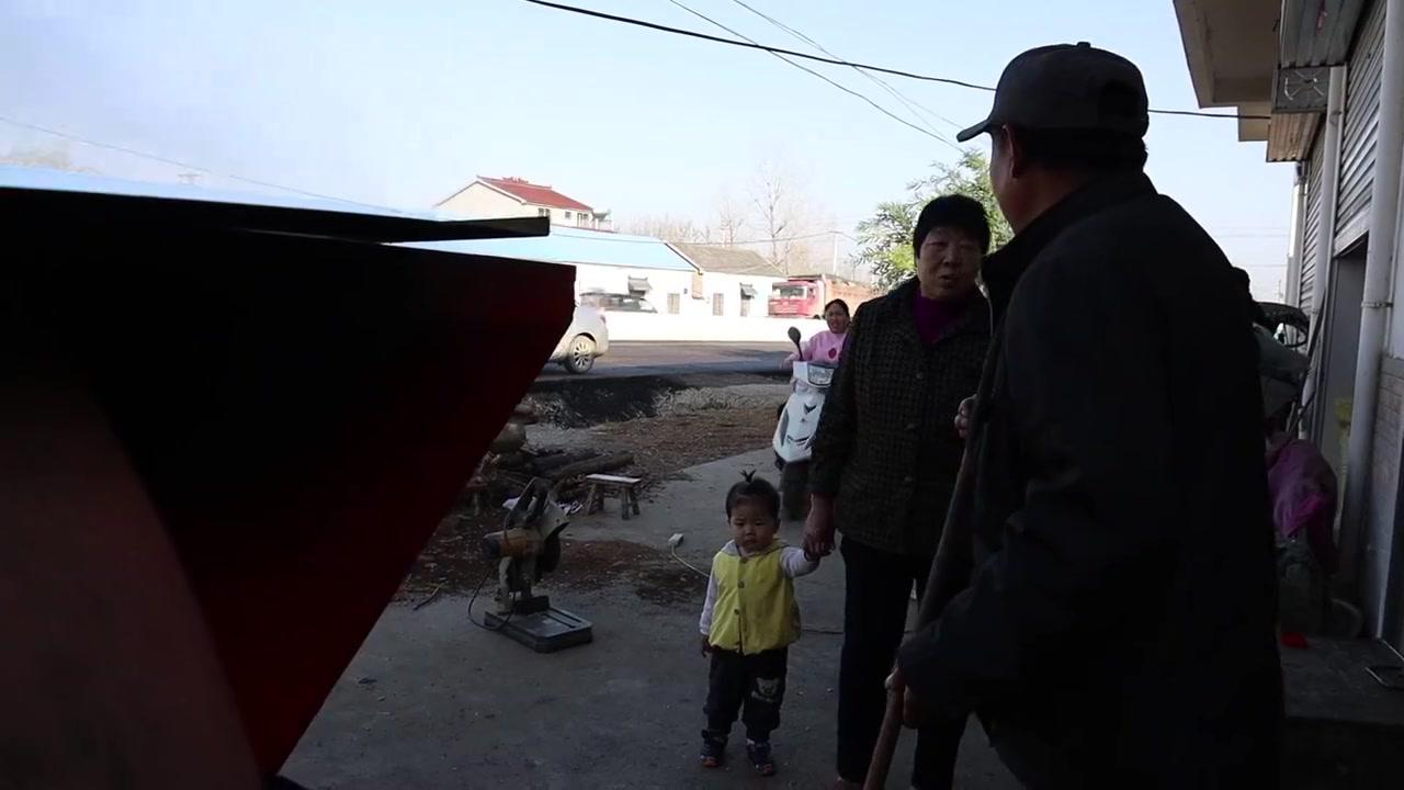 农村生活欢乐多,胖妹骑着小摩托,110斤菜籽榨油收获满满好嗨呦