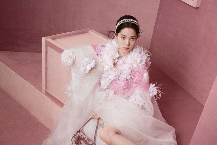 欧阳娜娜现身春晚彩排,黑色套装包裹严实,不同以往粉嫩清新