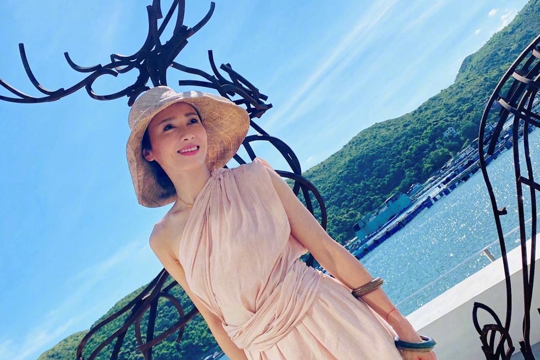 黎姿真不像当妈的人,去度假穿得这么女神,斜肩连衣裙配草帽好美