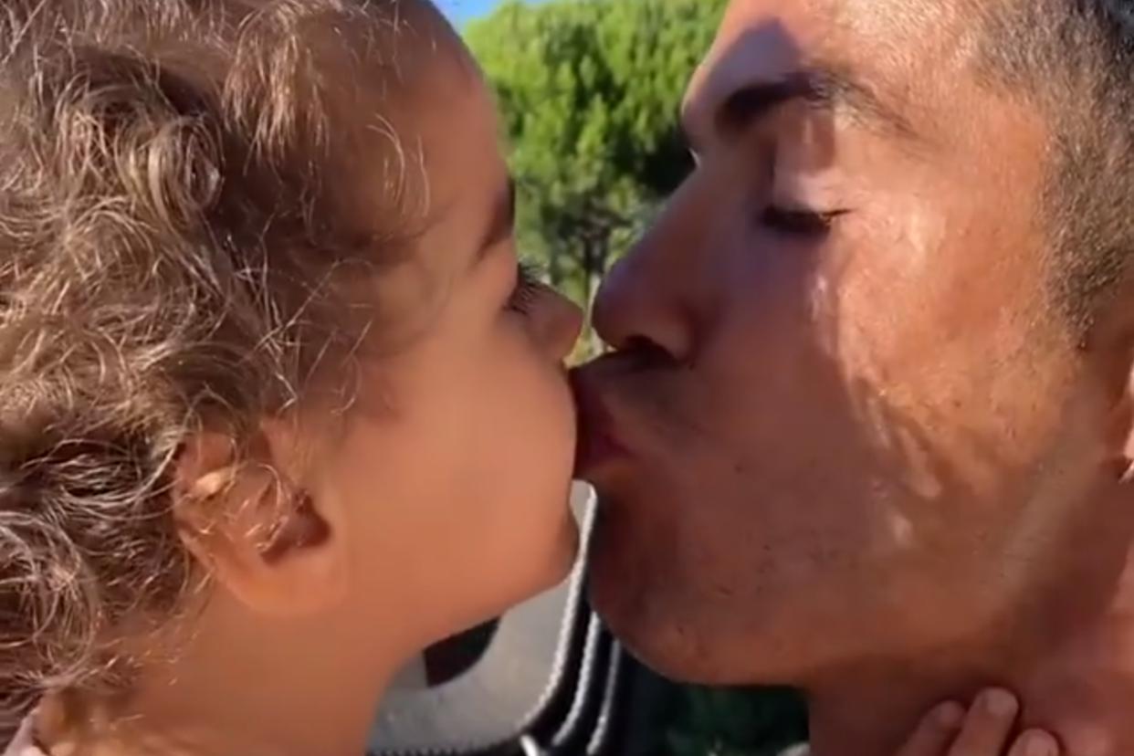 C罗女儿阿拉娜求父亲亲吻,总裁嘟嘴玩假动作虚晃,女友乔治娜吃醋