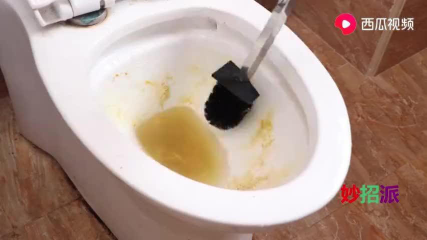 马桶发黄别再用洁厕灵!用它来清洁马桶,干净还没有臭味,真实用