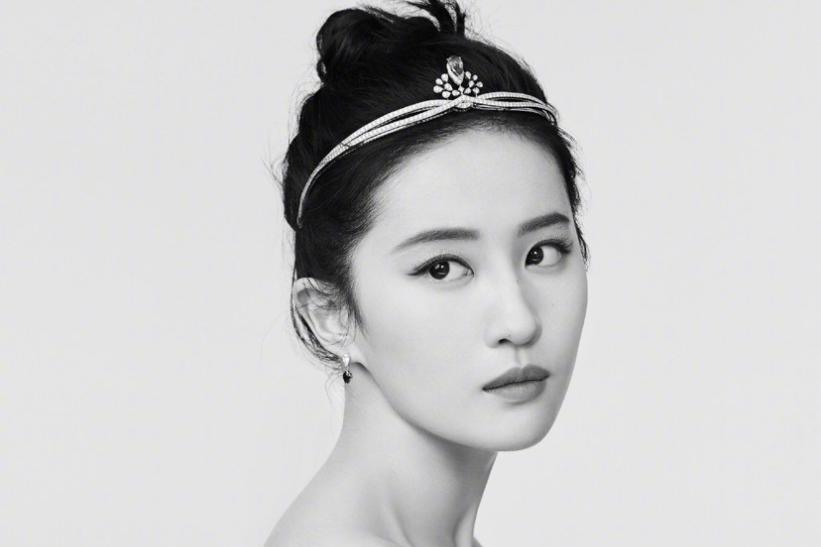 刘亦菲赫本妆像现实版公主,黑色吊带凸显绝美锁骨高颜值绝无仅有