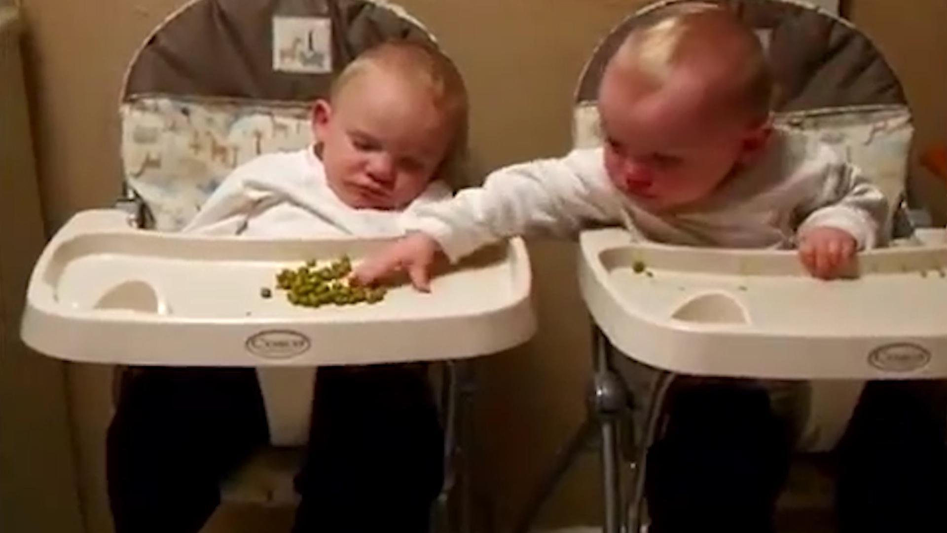 双胞胎弟弟趁哥哥睡着,偷吃他手里的饭,接下来的画面爸妈笑惨了