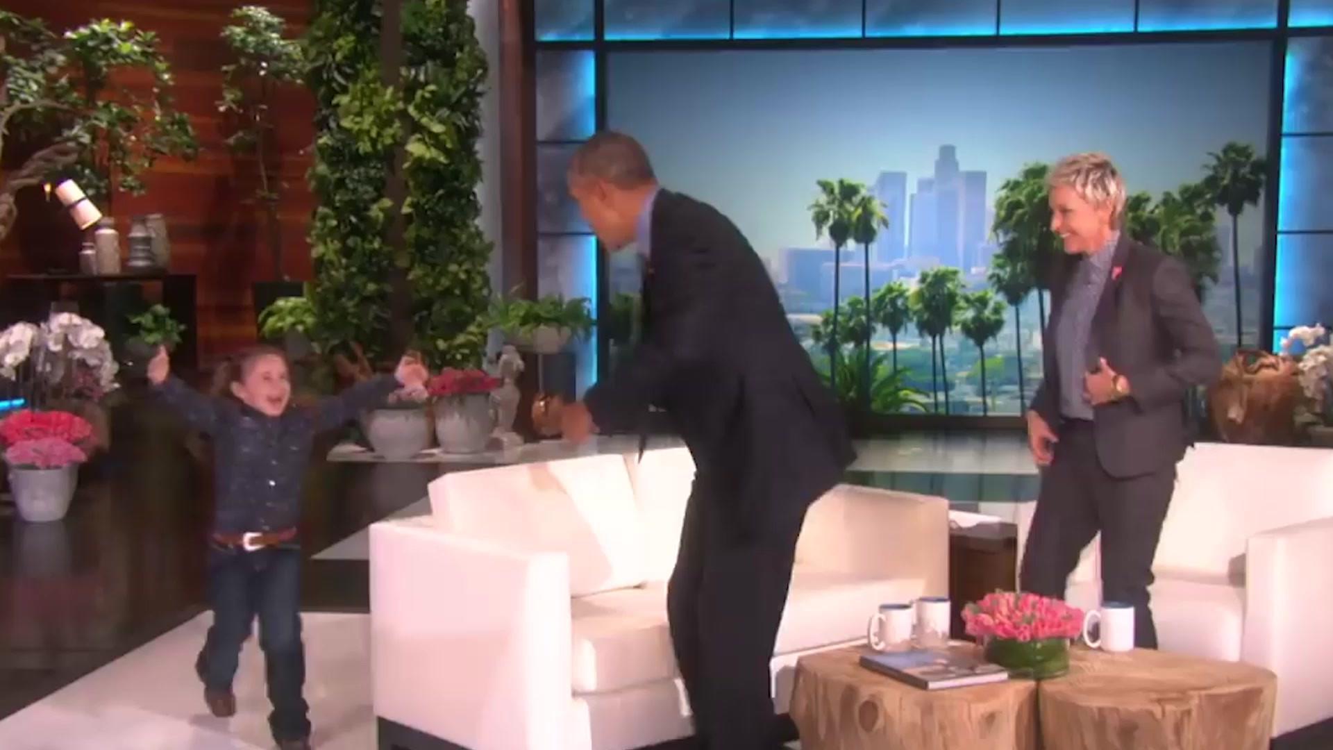 小女孩突然上台,奥巴马总统急忙起身拥抱她,给人很亲民的感觉!