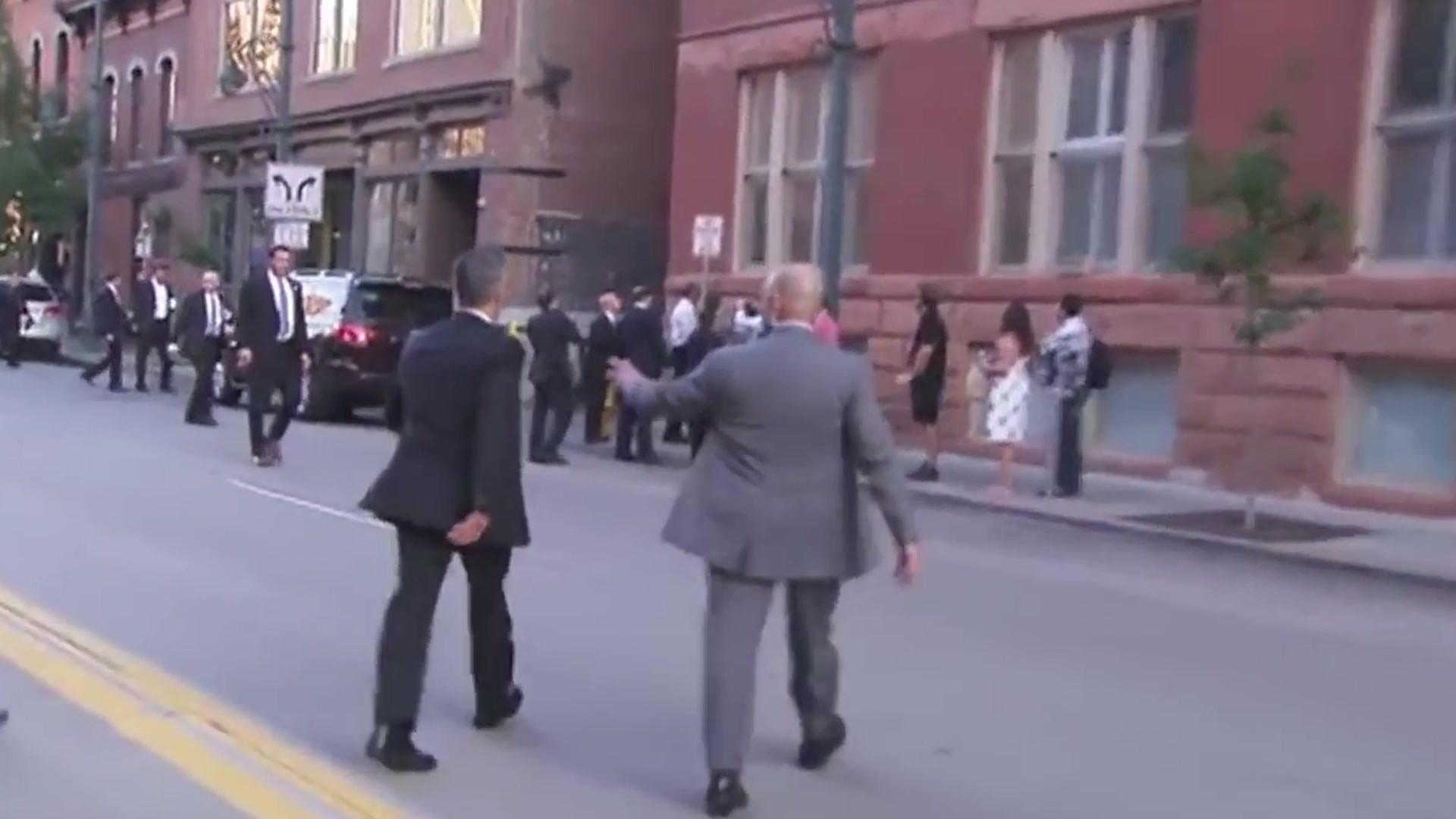 奥巴马总统走在纽约街道,数名保镖在前方开道