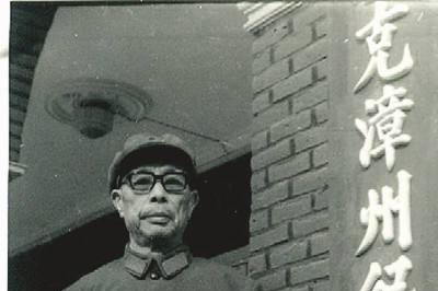 金一南称他父亲是位老农民,实际上是第一位被任命大军区少将的他