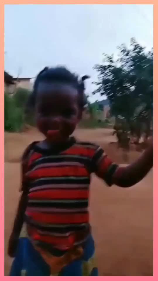 小女孩的头发神似天线宝宝,哈哈哈
