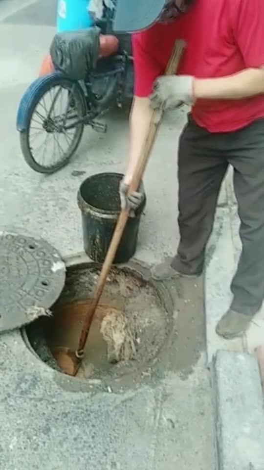 下水管打捞出地沟油,被黑心商家再次利用,你们还有良心吗?