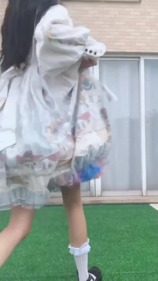 捕捉一只洛丽塔少女,小萝莉真会玩,在人家窗口放彩虹屁