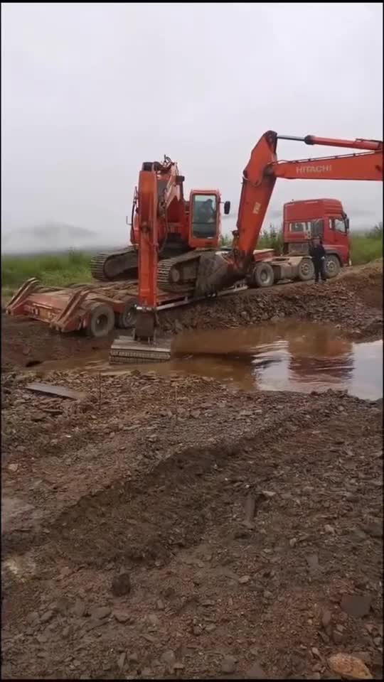 挖掘机工地施工,竟然忘加油,这下只能叫拖车了!
