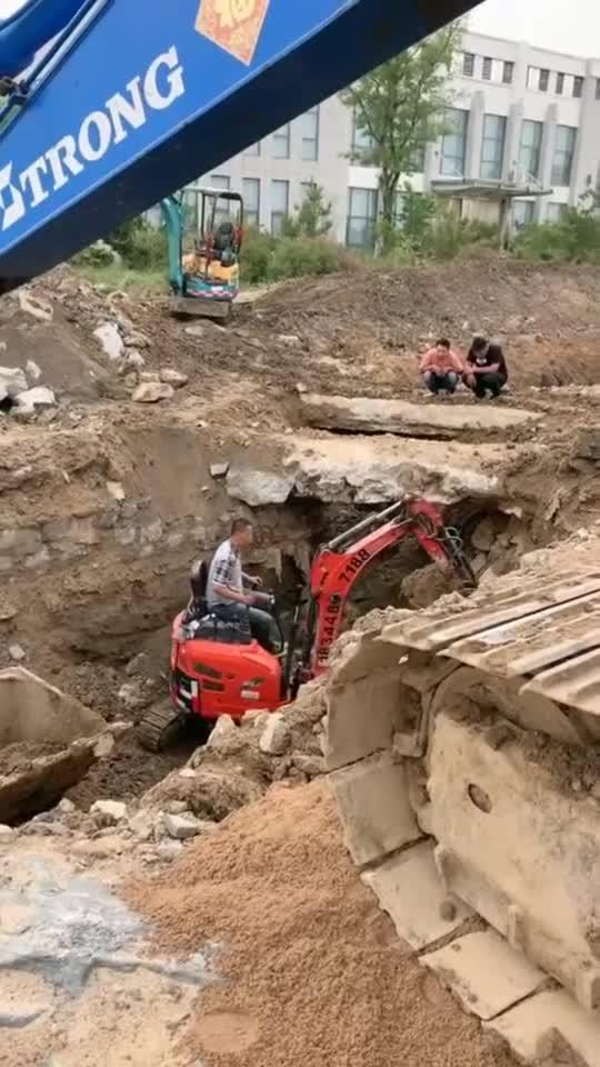 挖掘机施工艰难,只好喊来小弟,这下工期无限延长!
