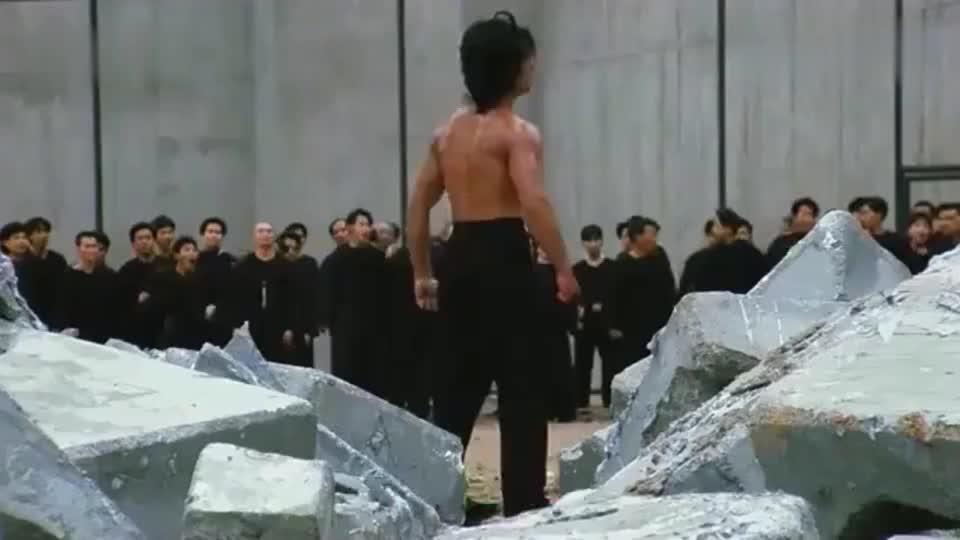 力王:看了这段后,才知道力王的力气有多大,监狱的墙一拳就打穿