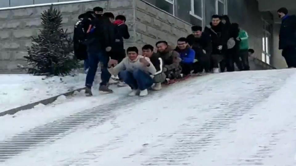 不管是上学还是上班,下雪天,这才是正确的出门方式!