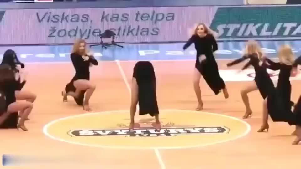 立陶宛考纳斯腿长啦啦队,观众都看傻了,平均腿长至少一米二