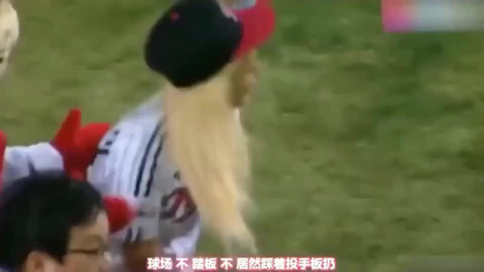 韩国女星为棒球开球!本想夸一番颜值,不料看到中途捡球的小姐姐