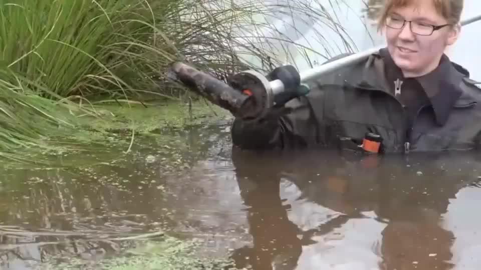 """水中打捞各种武器装备,有手雷有弹药还有一个""""炮架子"""