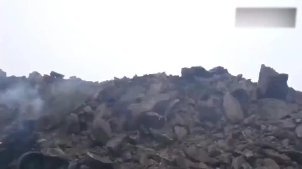 国外导弹试射,精确命中靶标,炸出数十米大坑