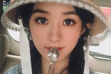 赵丽颖约导演吃饭,素颜啃鸡爪形象全无,她旁若无人笑得合不拢嘴