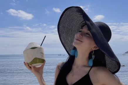 """韩庚老婆海滩度假,穿吊带裙喝椰汁""""放飞自我"""",网友:魔鬼身材"""