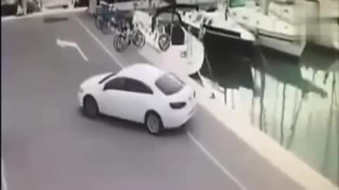 女司机找不到车位,3秒后监控拍下让人大跌眼镜的一幕!