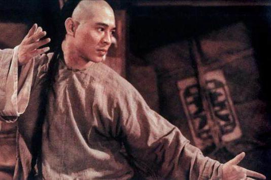 成龙李连杰落魄时都曾退出娱乐圈,成龙在工地搅水泥,李连杰教拳