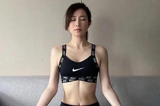 45岁港姐佘诗曼,少食多餐坚持健身,身材保养很到位