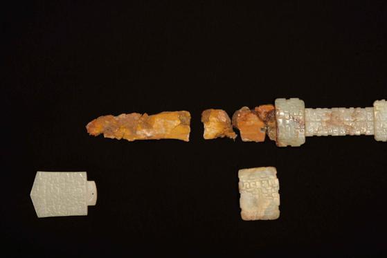 甘肃挖出二件铁条,距今已有3500年,证实商朝中国已进入铁器时代