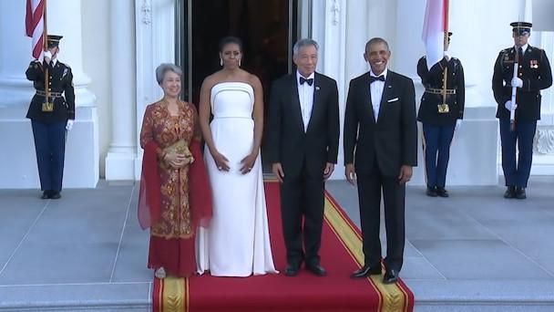 奥巴马总统在白宫门口,亲自迎接新加坡总理,这件白色裙子很惹眼