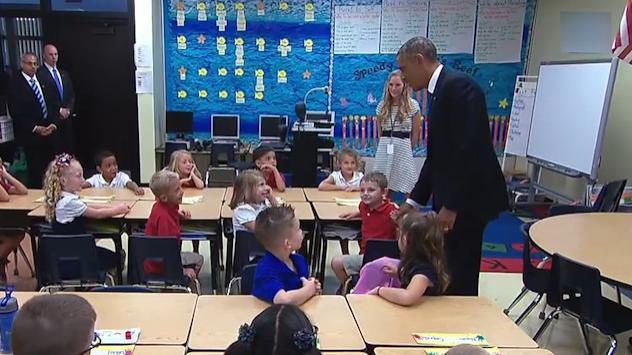 奥巴马总统在Tinker小学,与黑人小朋友亲切握手,网友:太绅士