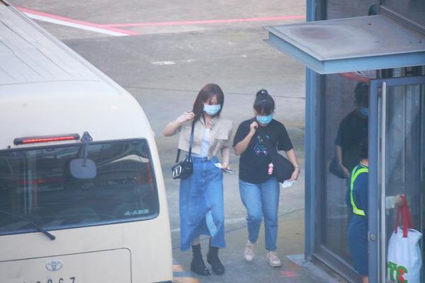杨紫瘦了?最近机场照超短上衣配牛仔半裙,腰肢和脚踝都很纤细