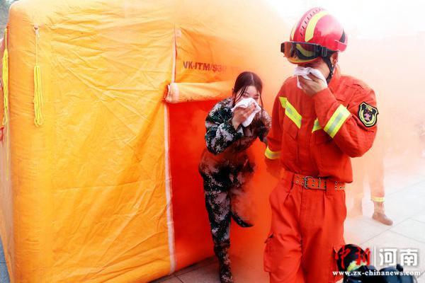 """许昌市消防救援支队走进许昌学院开展2020年""""消防进军训""""活动"""