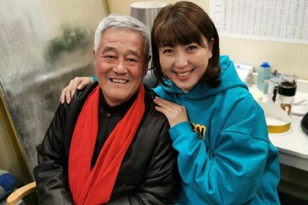 48岁闫学晶晒合影,穿卫衣配齐刘海超年轻,63岁赵本山超精神