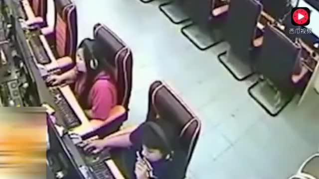 年轻女子在网吧玩游戏,突然发生的一幕令她惊慌失措