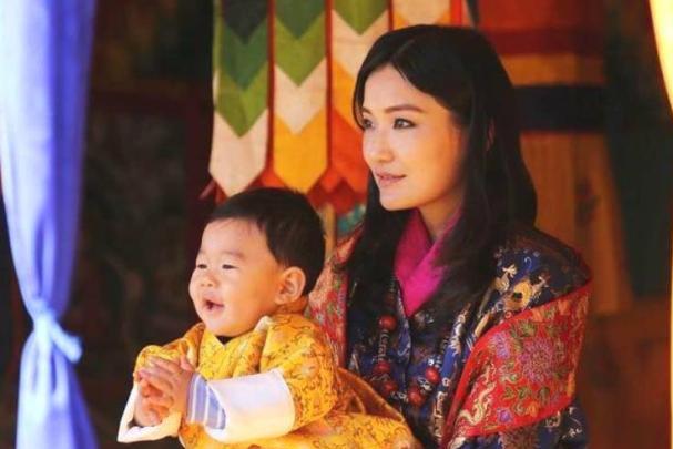 不丹王后现代装亮相,再无雪域美人神秘感,网友:泯然众人矣!