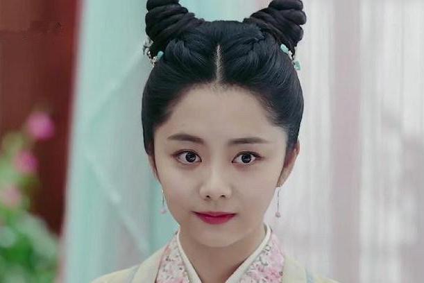 女星牛角包发型大赏:赵露思的太搞笑,迪丽热巴全靠颜值撑着