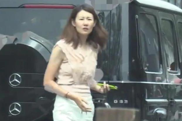 王宝强传二婚后与女友合体,精心打扮穿镶钻衬衣,素颜冯清显憔悴