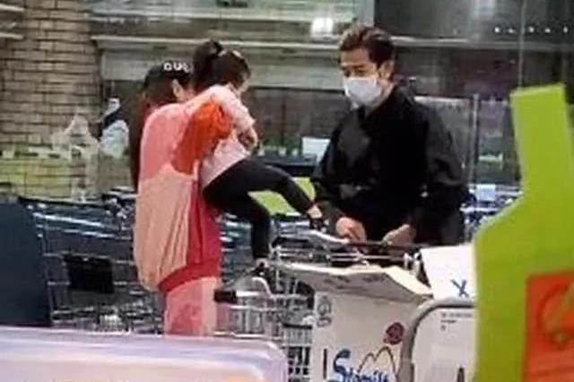 郭富城带妻女买菜一手包揽,2岁大女儿坐购物车上超粘方媛